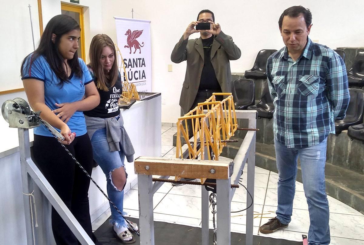 """Santa Lúcia e Fimi promoveram """"1º Torneio de Pontes de Espaguete"""""""